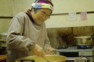 「簡単に味を変えたら先輩たちにおこらるーけん(怒られる)けんね」と笑う提嶋さん。